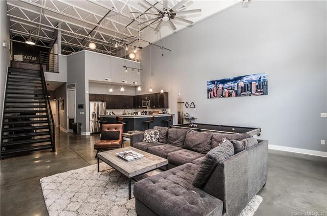 915 W Hill St living area