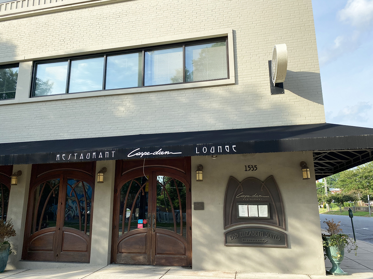 Carpe Diem Restaurant closes permanently due to coronavirus. Earl's Grocery shifts to takeout only