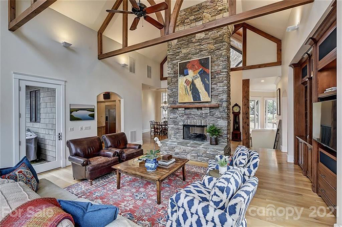 2828 Briarcliff Place living room