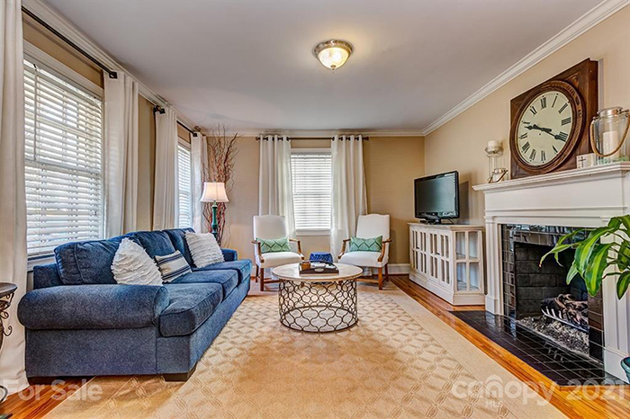 2433 Chesterfield Ave,liviong room