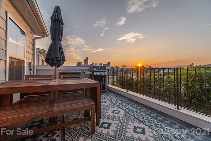 264 Parkwood Ave patio